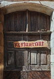 一个老餐馆门的图象在一条街道的在家神的中心 免版税图库摄影