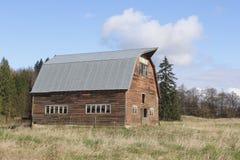 老谷仓,新的屋顶 免版税图库摄影