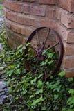 一个老,生锈的金属轮子 免版税库存图片