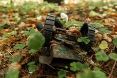 一个老,被放弃的玩具在森林离开生锈,在秋天叶子的儿童的打字机 免版税库存照片