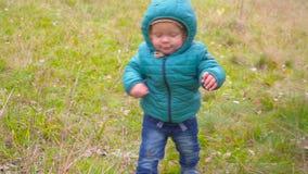 一个耳朵老孩子通过秋天公园跑并且微笑慢动作 常平架 影视素材