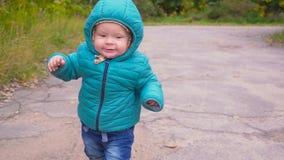 一个耳朵老男孩在秋天公园跑并且微笑 常平架 影视素材