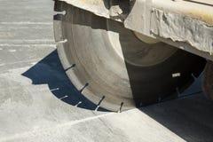 一个联合切削刀机器的金刚石圆盘在建筑工地的 免版税库存照片