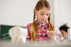 一个聪明的好女孩的画象 免版税库存照片
