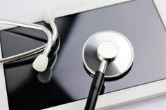 一个聪明的电话诊断的概念图象与小配件和听诊器的 免版税库存图片