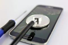 一个聪明的电话诊断的概念图象与小配件和听诊器的 免版税图库摄影