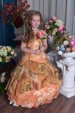 一个聪明的礼服桔子的女孩 免版税图库摄影