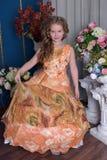 一个聪明的礼服桔子的女孩 库存图片