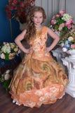一个聪明的礼服桔子的女孩 图库摄影