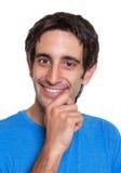 一个聪明的西班牙人的画象一件蓝色衬衣的 库存图片
