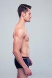 一个肌肉人的侧视图画象 免版税库存照片