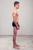 一个肌肉人的侧视图画象 免版税库存图片