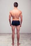 一个肌肉人的后面看法画象 免版税库存图片