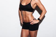 一个肌肉少妇的播种的图象运动服身分的 免版税图库摄影