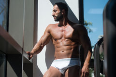一个肌肉赤裸上身的男性的画象在内衣的 免版税库存图片
