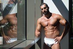 一个肌肉赤裸上身的男性的画象在内衣的 图库摄影