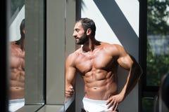 一个肌肉赤裸上身的男性的画象在内衣的 库存照片