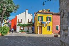 一个胡同的五颜六色的露台的房子概要在晴天在Burano 库存照片