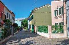 一个胡同的五颜六色的露台的房子概要在晴天在Burano 免版税库存照片
