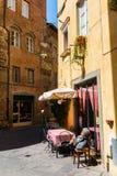 一个胡同的小餐馆在卢卡,托斯卡纳,意大利 免版税库存照片