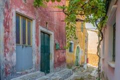 一个胡同的看法在科孚岛的Sinarades在希腊 免版税库存照片