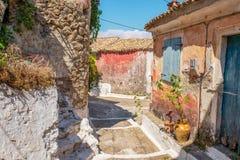 一个胡同的看法在科孚岛的Sinarades在希腊 免版税库存图片