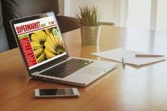 一个膝上型计算机屏幕的超级市场网上商店网站在workplac 免版税库存照片