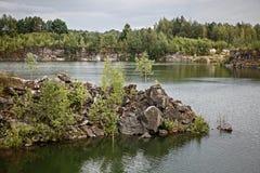 一个自然湖的岩石岸 免版税库存图片