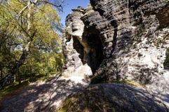 一个自然洞形成通过mutiple弯曲了岩石formaations 免版税图库摄影