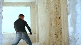 一个自由地下墓穴墙壁的赛跑者后面轻击慢动作的 股票录像