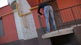 一个自由的赛跑者人跳跃在一套的扶手前面轻碰台阶下 股票录像