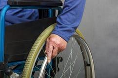 一个自走轮椅的资深夫人 免版税库存照片