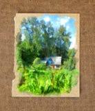 一个舒适木房子在蛇麻草丛林在老纸ba的掩藏了 库存图片
