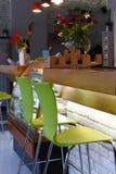 一个舒适现代都市咖啡馆的内部的照片与低温暖的光和没人的里面 库存照片