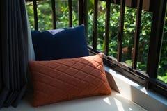 一个舒适靠窗座位的休息区与坐垫的在水平的早晨 库存照片