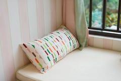 一个舒适靠窗座位的休息区与坐垫的早晨 库存图片