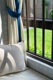 一个舒适靠窗座位的休息区与坐垫的 库存照片