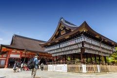 一个舞蹈阶段的大厦与数百的在Yasaka或Gion寺庙的灯笼 库存照片
