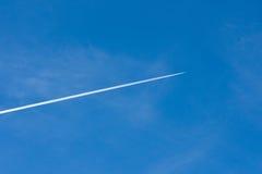 一个航空器的转换轨迹在南加州的 免版税库存图片