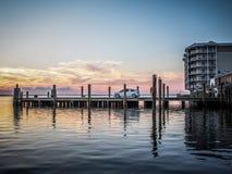 从一个船坞的观看的日落Crisfield的,马里兰 库存图片