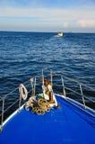 一个船航行的弓在一明亮的蓝色天 库存图片