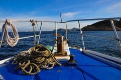 一个船航行的弓在水的 免版税图库摄影