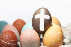 在复活节彩蛋的十字架。 免版税库存照片