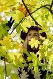 一个花卉被仿造的外套和葡萄酒红帽子的妇女在公园,由河 愉快的女孩,夫人五颜六色的秋天森林画象  免版税图库摄影