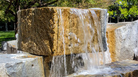 一个花岗岩块喷泉的特写镜头在一个晴天 库存图片