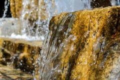 一个花岗岩块喷泉的特写镜头在一个晴天 免版税库存照片