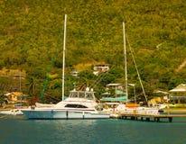 一个花梢渔船阻塞在bequia的小游艇船坞 免版税图库摄影