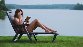 一个苗条年轻浅黑肤色的男人在度假出版她的在泳装的照片在社会网络 股票视频