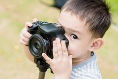 一个英俊的亚洲孩子由DSLR照相机拍照片 免版税库存图片