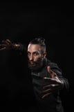 一个英俊的人的演播室画象有胡子实践的kung的f 库存图片